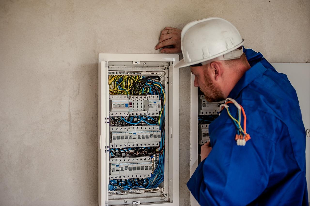 elektrikář u rozvaděče