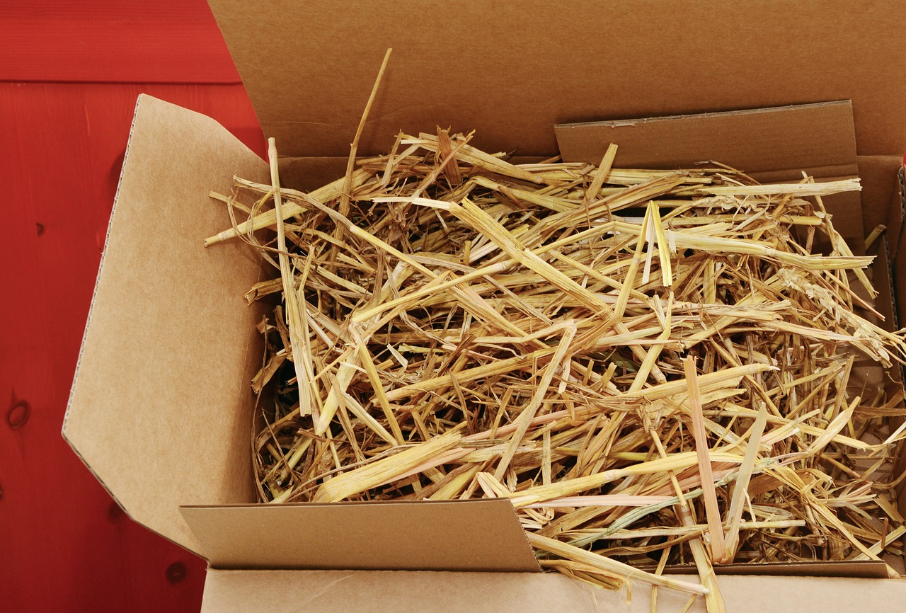 krabice plná slámy